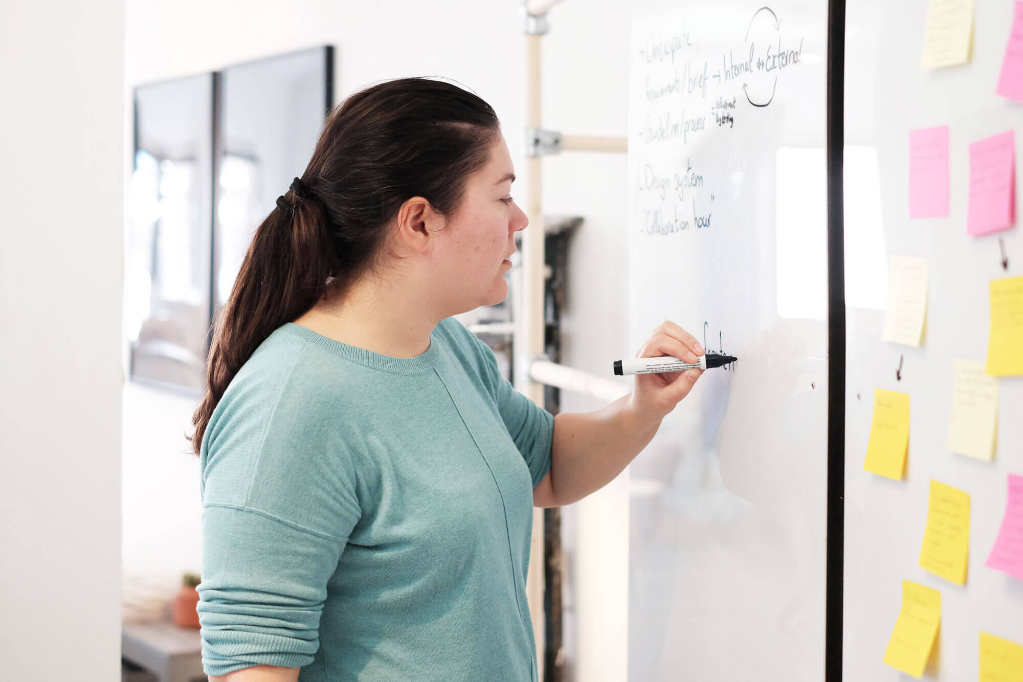 Lieneke schrijft op het whiteboard over design systemen