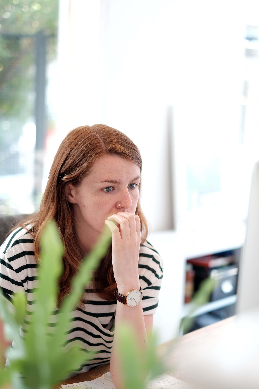 Ellie aan het werk achter haar computer