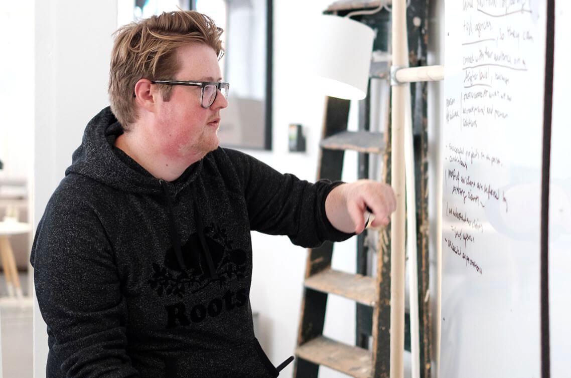 Timothy schrijft een strategisch plan op het whiteboard