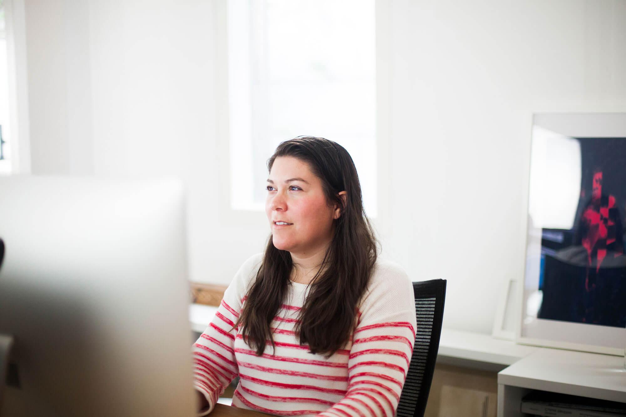 Lieneke zit achter haar computer op het kantoor