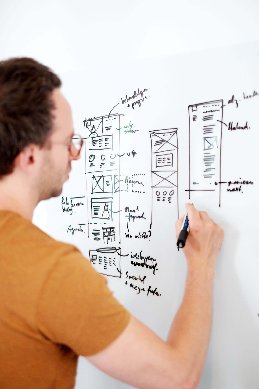 Joris schetst een website uit op het whiteboard