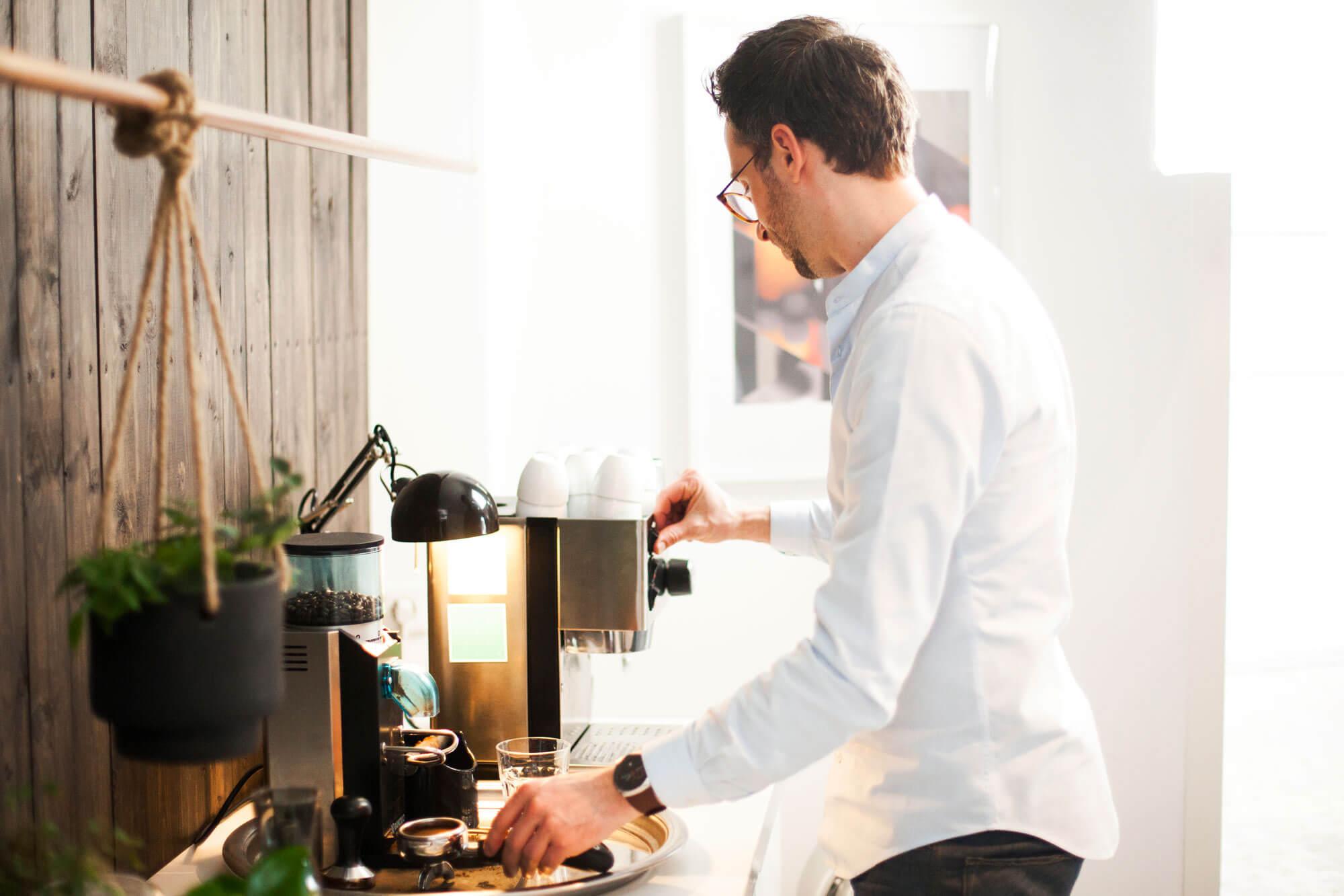 Joris zet een bakje koffie