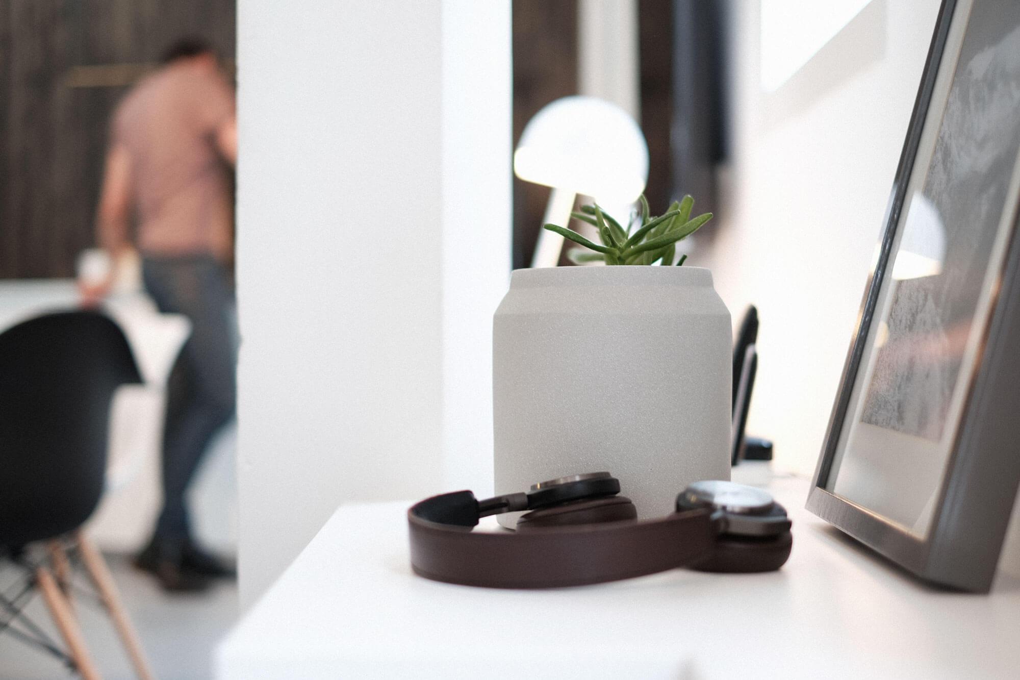 Beoplay h8 koptelefoon op een kast naast een fotolijst