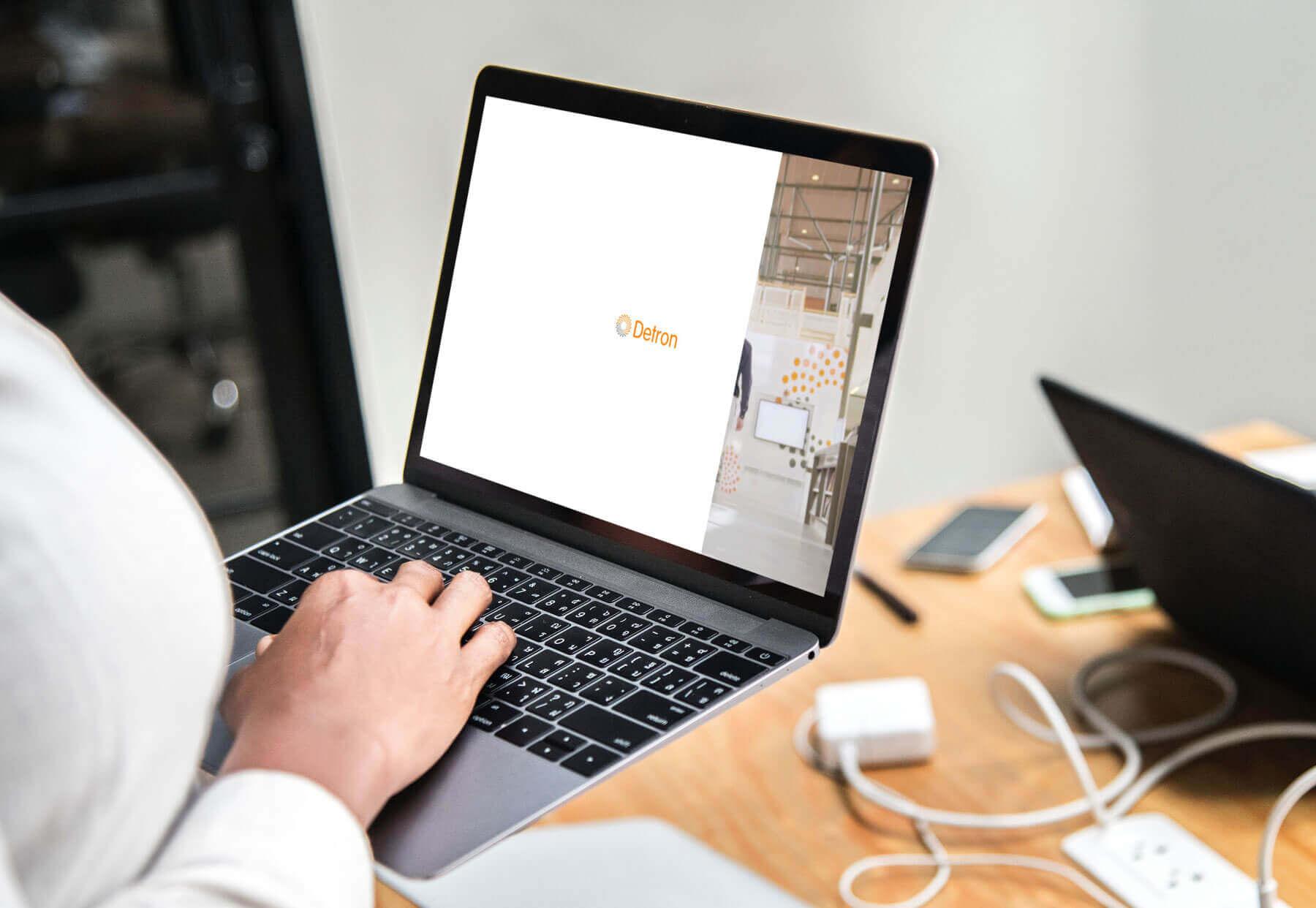 Detron microsite op Macbook