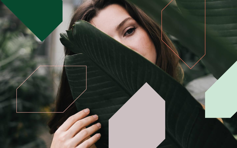 Foto van vrouw achter een blad met geometrische illustraties erover