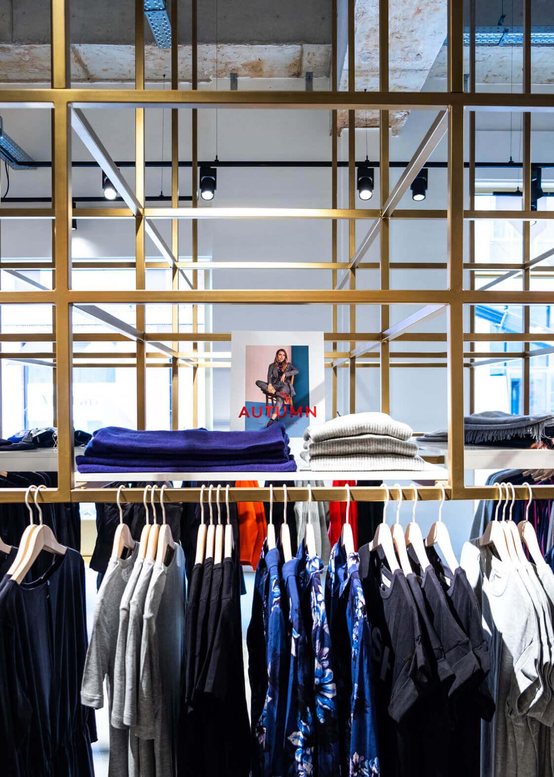 House of Lena kleding aan het design rek in de winkel