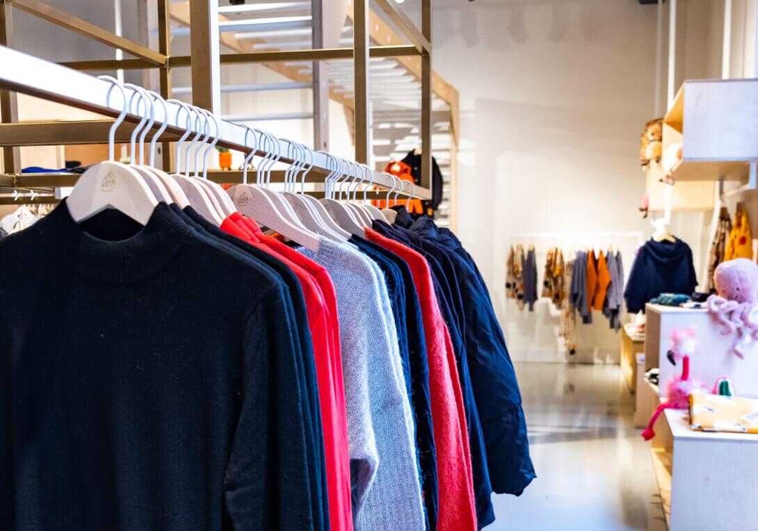 House of Lena kleding rek met truien in de winkel