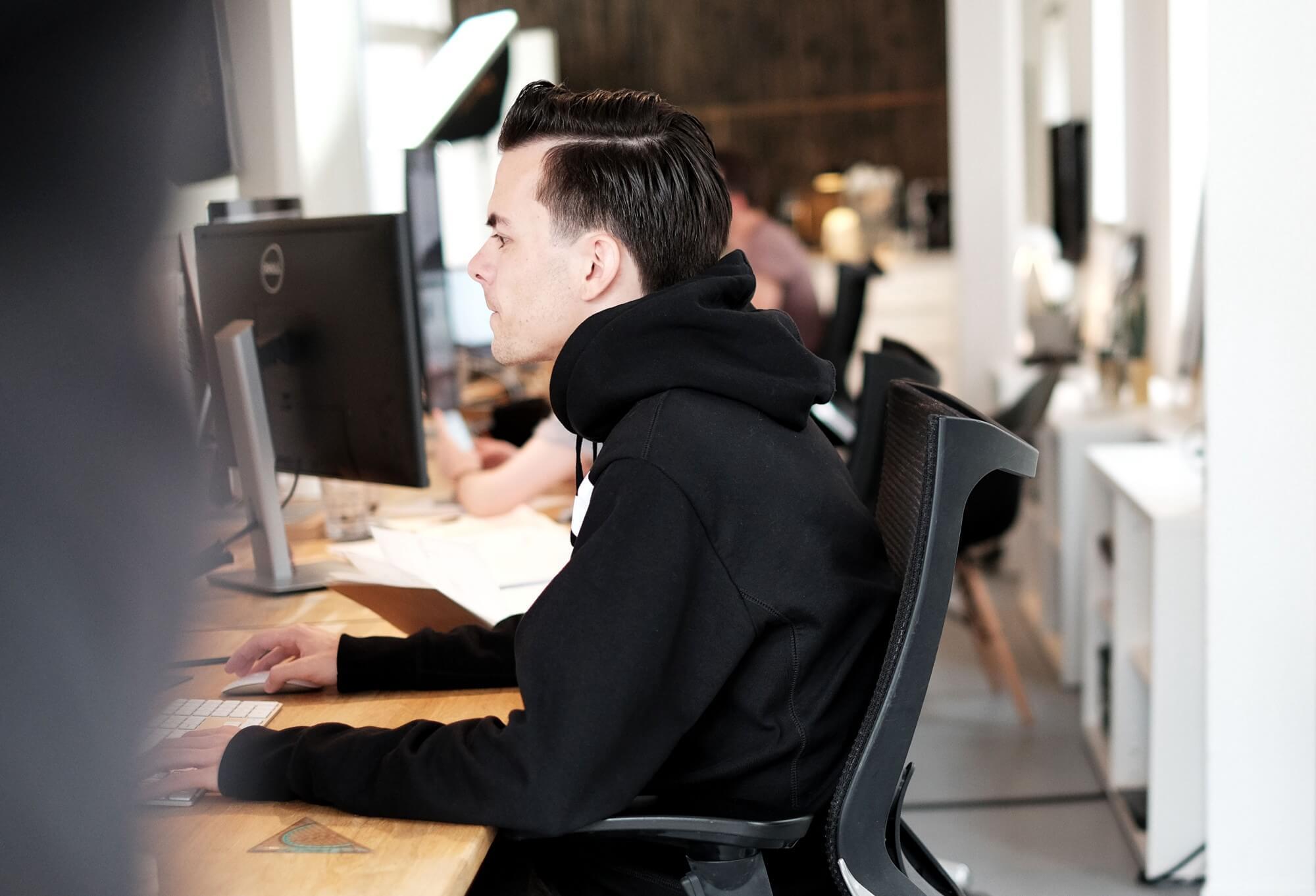 Man achter computer in een kantooromgeving