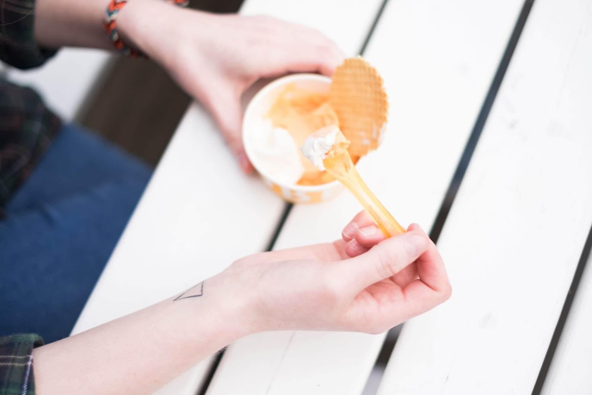 Een ijsje eten op een warme zomerdag