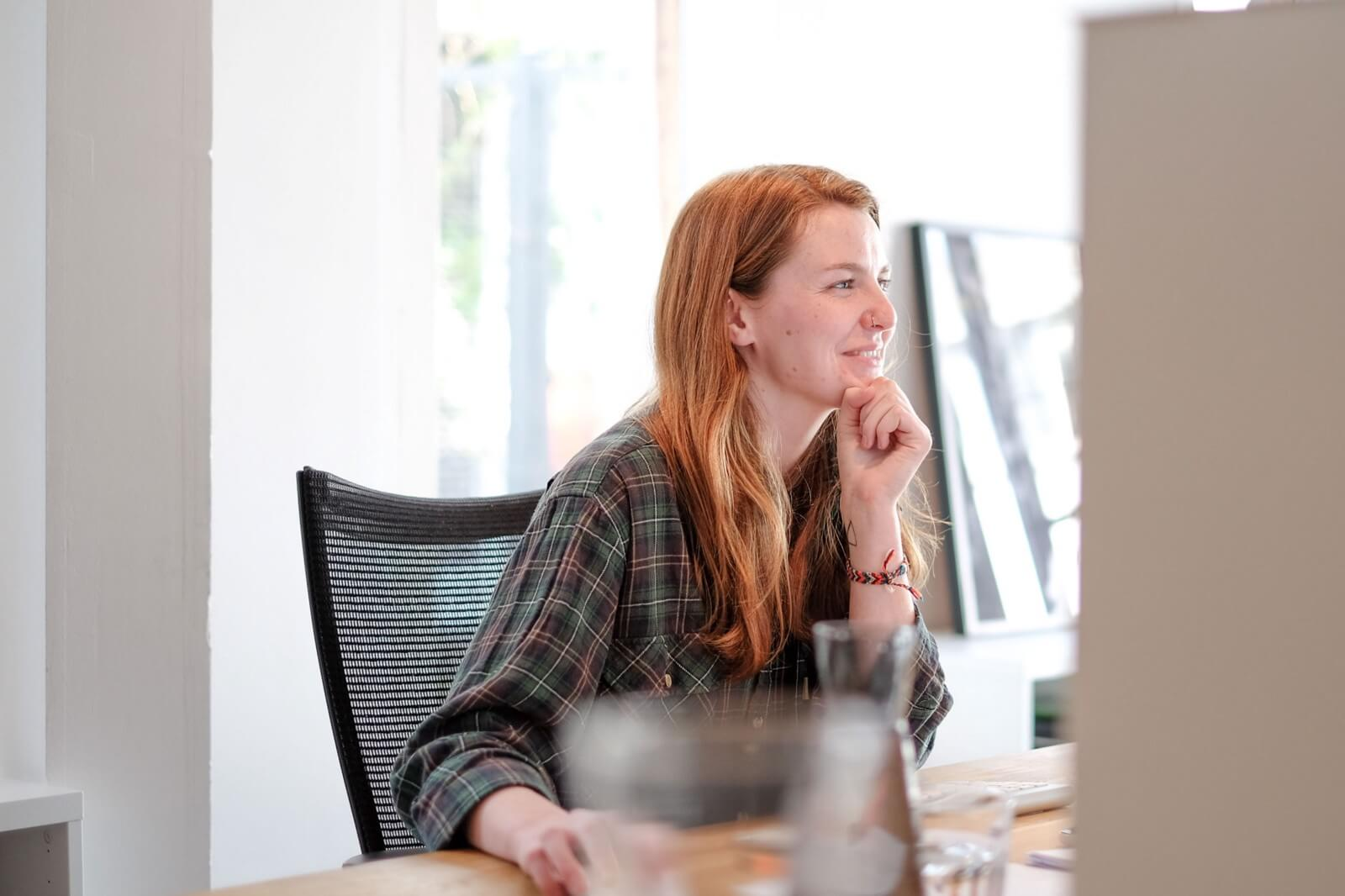 Ellie achter de computer op het Naam kantoor