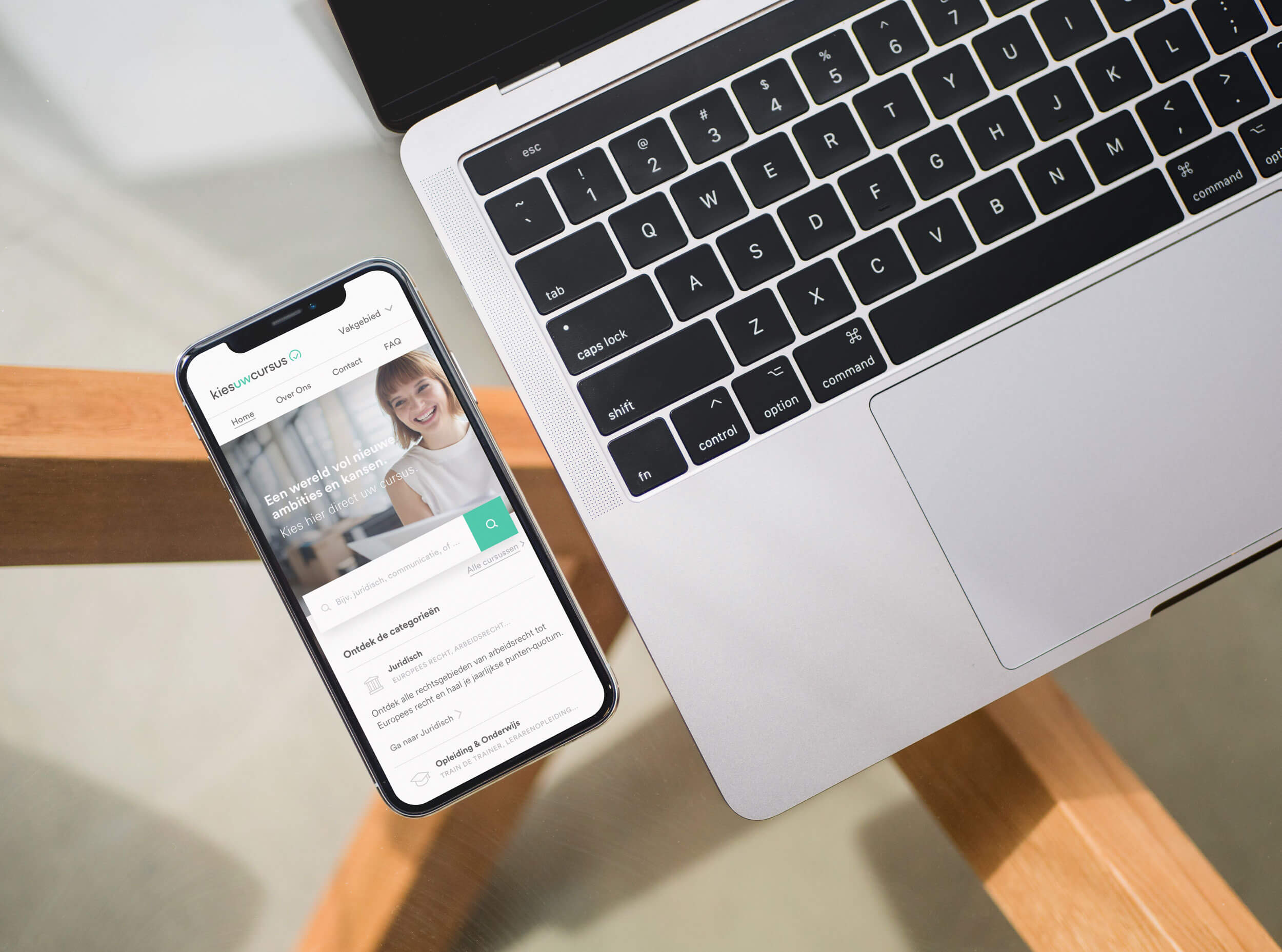 Kies uw Cursus homepage afgebeeld op een iphone op een glazen tafel