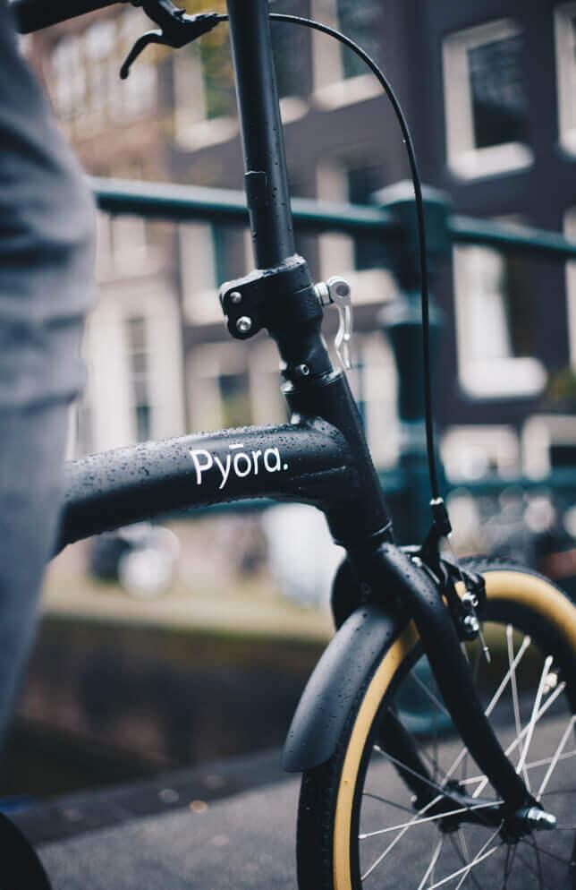 Pyora fietsen langs de grachten