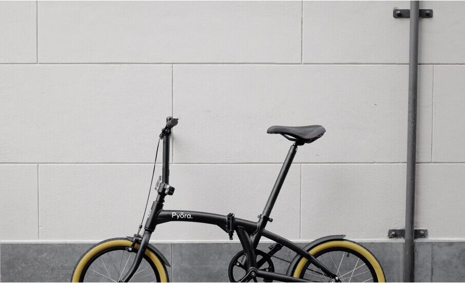 Pyora fiets tegen een muur