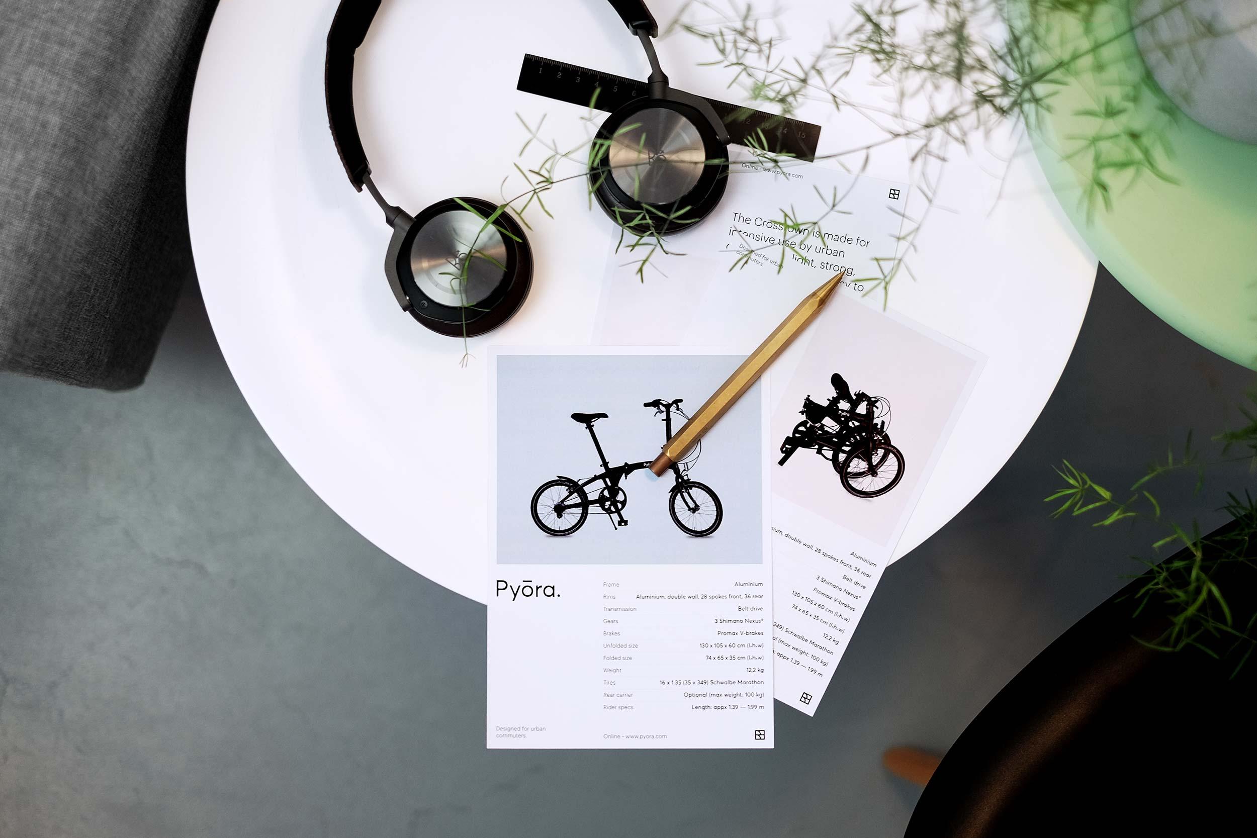 Twee Pyora product flyers op rond tafeltje met een Beoplay H8
