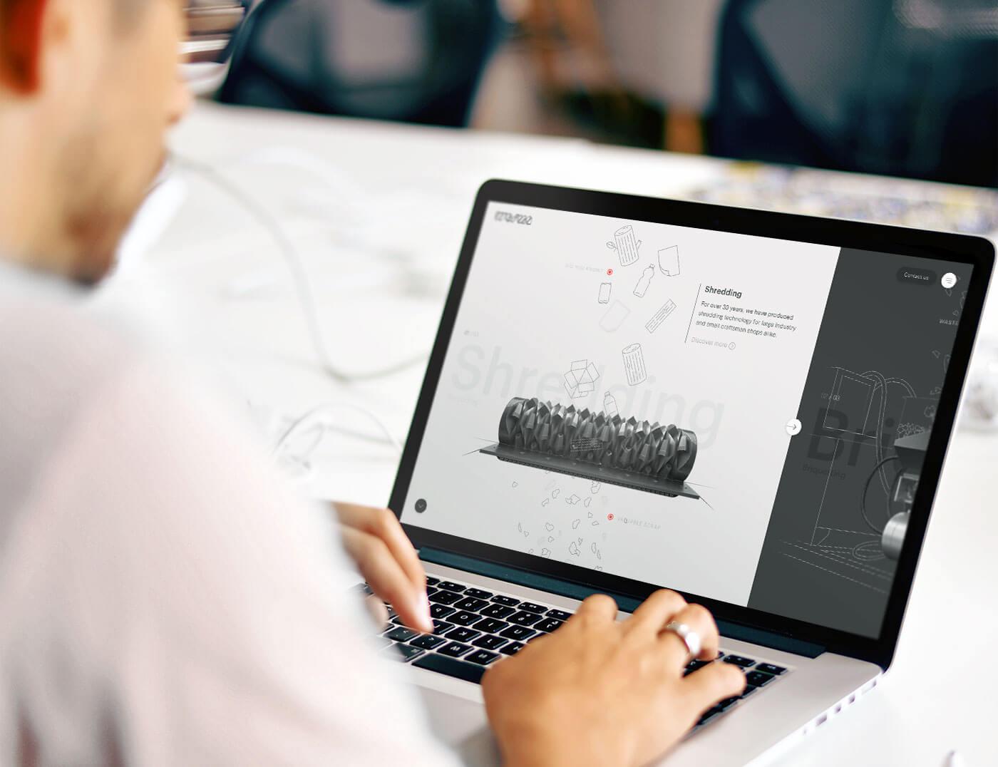 Man bezoekt Weima homepage op een laptop